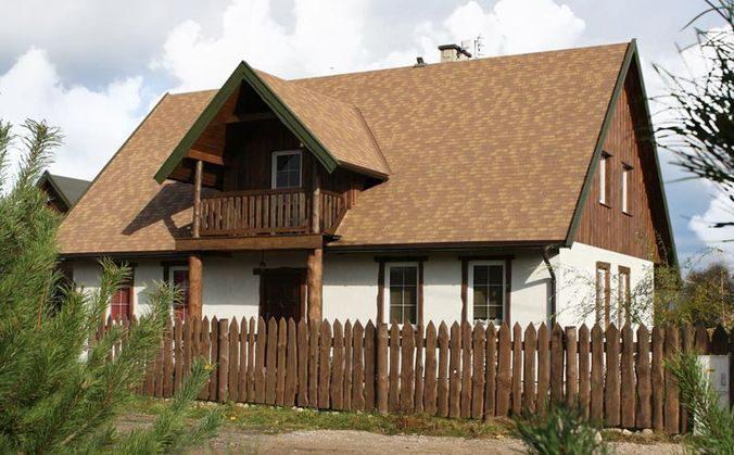 На данном фото крыша отлично сочетается с забором