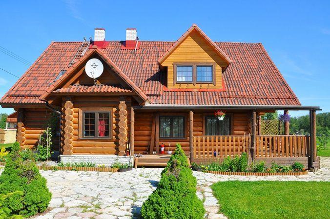 Бревенчатый двухэтажный дом