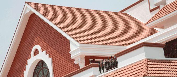 Черепичная крыша просто сливается со стенами из красного кирпича