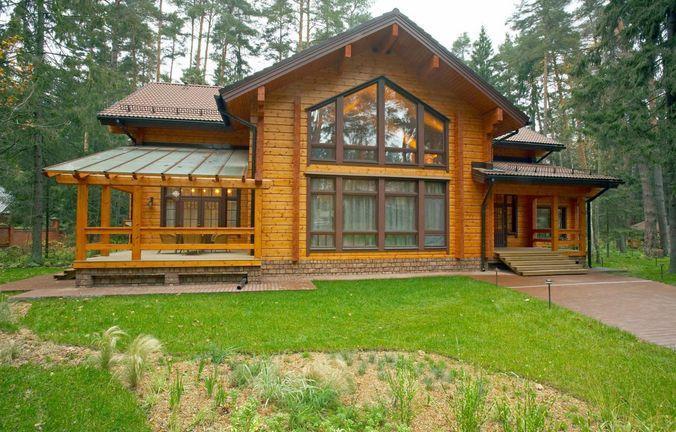 Очень современно смотрятся дома из профилированного бруса с большими окнами