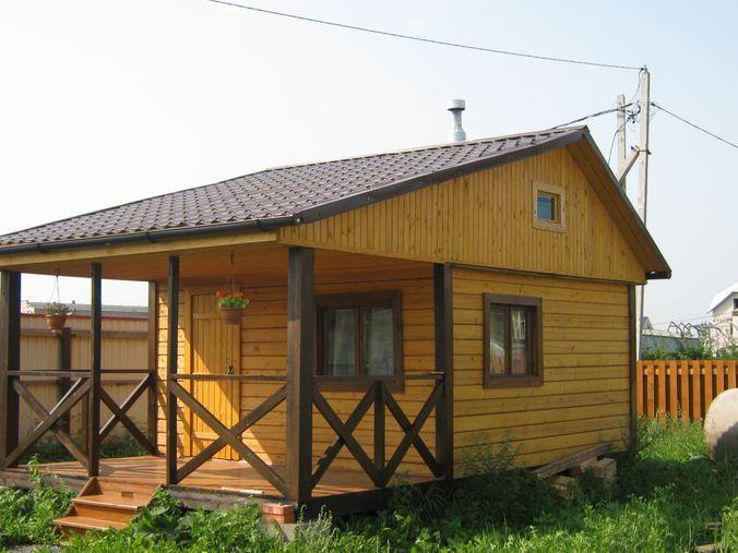 Небольшой дачный домик с открытой верандой