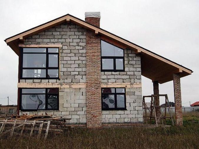 Дом из блоков с трубой для камина