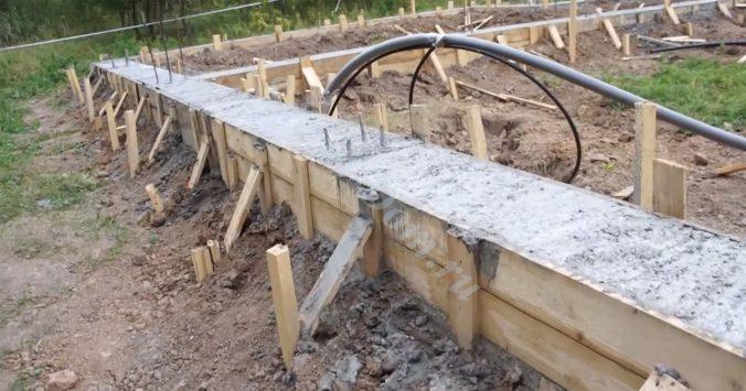 Выставляем опалубку и заливаем бетон до нужного уровня. Не забываем вибрировать бетон во время заливки