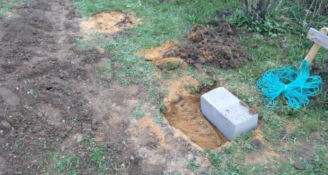 Засыпаем ямы щебнем, сверху песком и несколько раз проливаем и повторяем процедуру засыпания песком