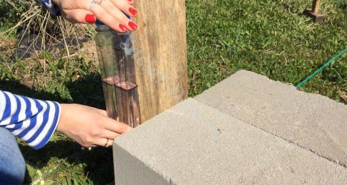 Гидроуровнем отмеряем нулевой уровень фундамента - его высоту