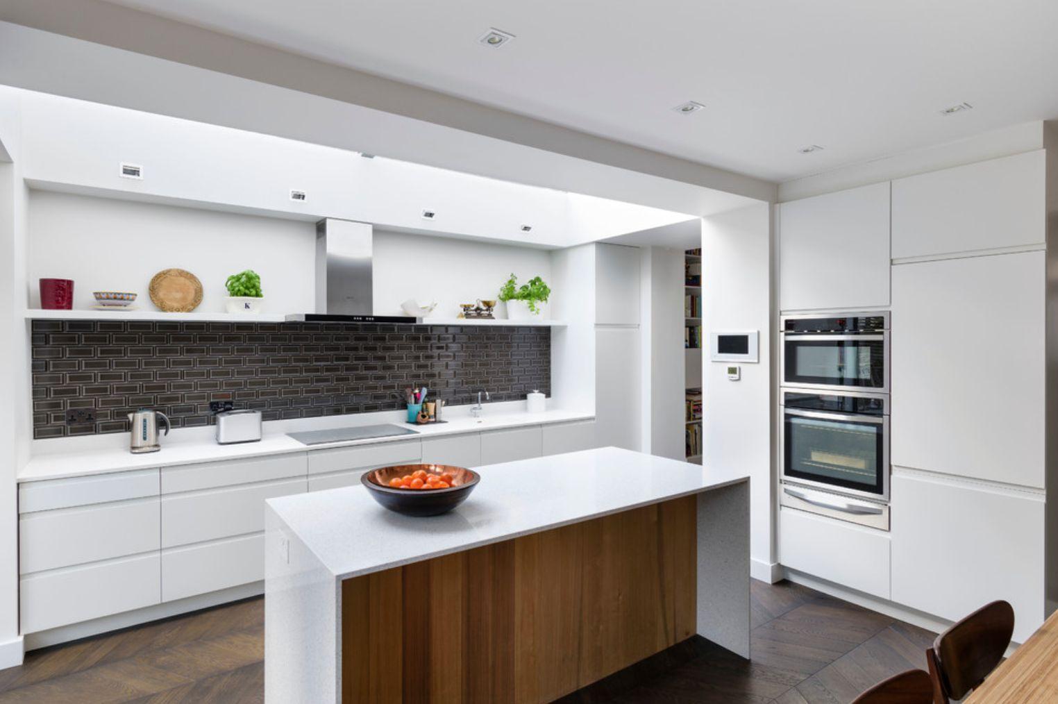 Кухня без верхних навесных шкафов дизайн фото ограничился